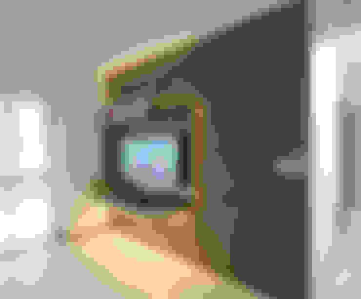 Dawson Renovation:  Living room by Designer House