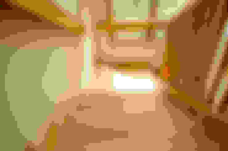 Escalera en madera de Lenga.: Paredes de estilo  por Ignisterra