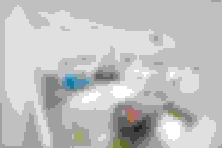 Living room by 춘건축