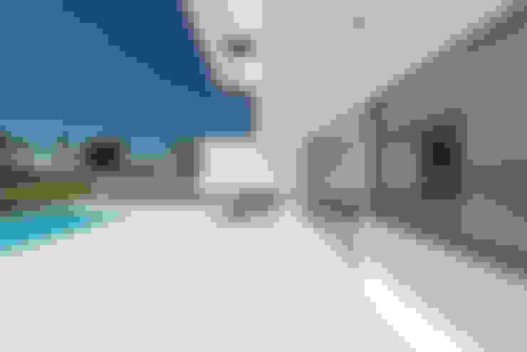 Terrazza in stile  di Corpo Atelier