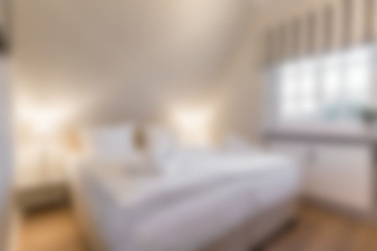 Camera da letto in stile  di Home Staging Sylt GmbH