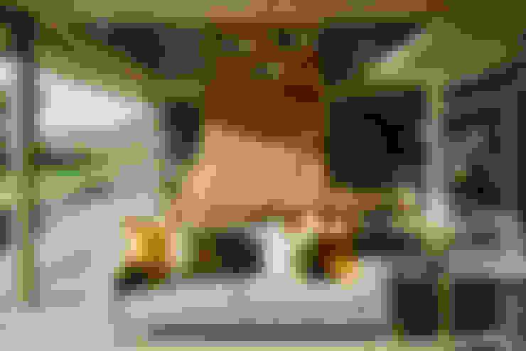 House Serengeti:  Living room by www.mezzanineinteriors.co.za