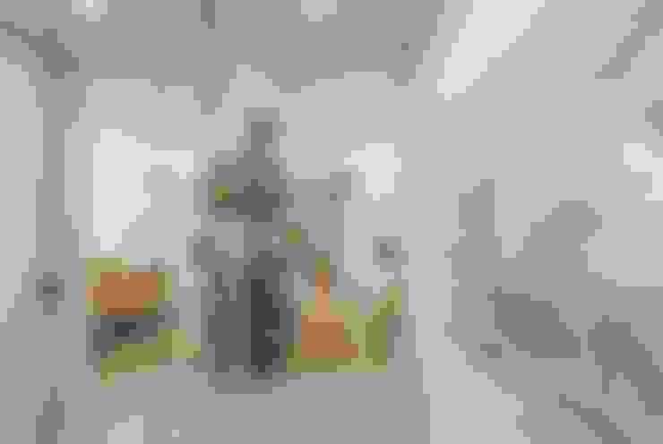 Pasillos y recibidores de estilo  por Facile Ristrutturare
