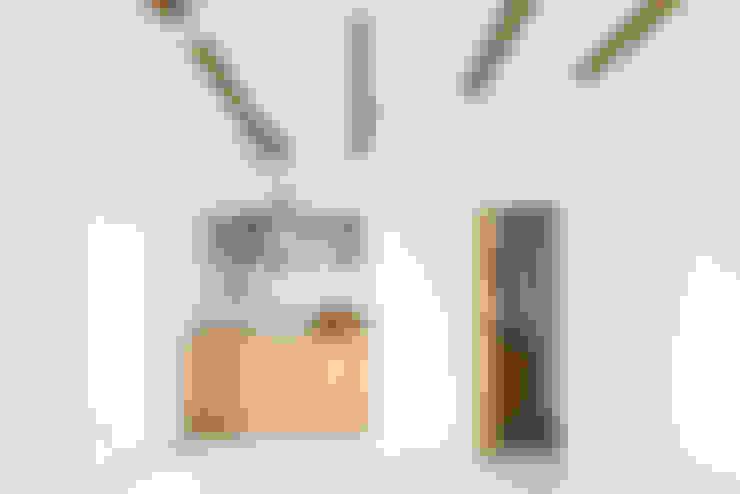 Vista da zona de copa e instalação sanitária: Cozinhas  por Arkstudio