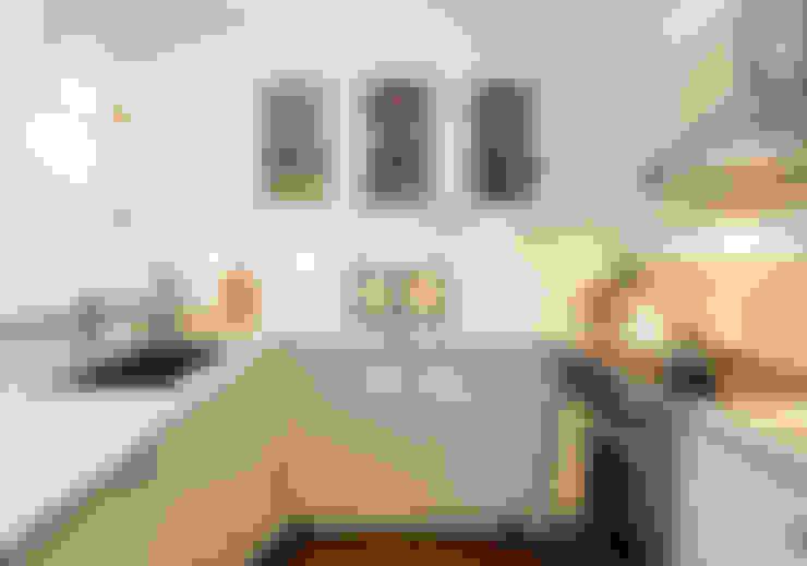 U Shaped Kitchen with Glass cabinets:  Kitchen by STUDIO Z
