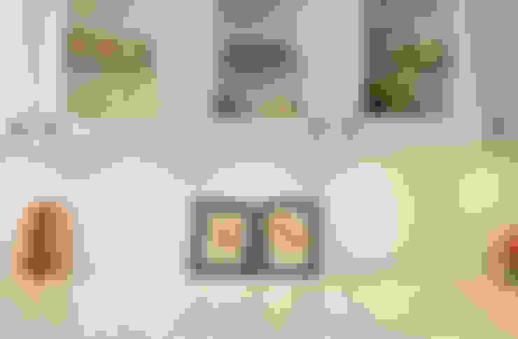 Custom Glass cabinets:  Kitchen by STUDIO Z