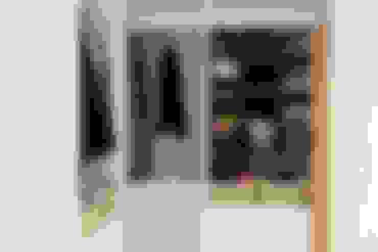 Dressing room by 微自然室內裝修設計有限公司