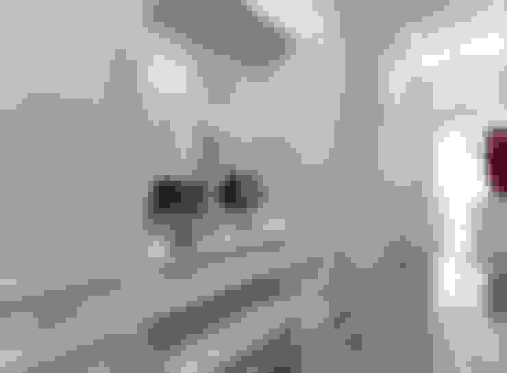 Corredores e halls de entrada  por Студия интерьера Дениса Серова