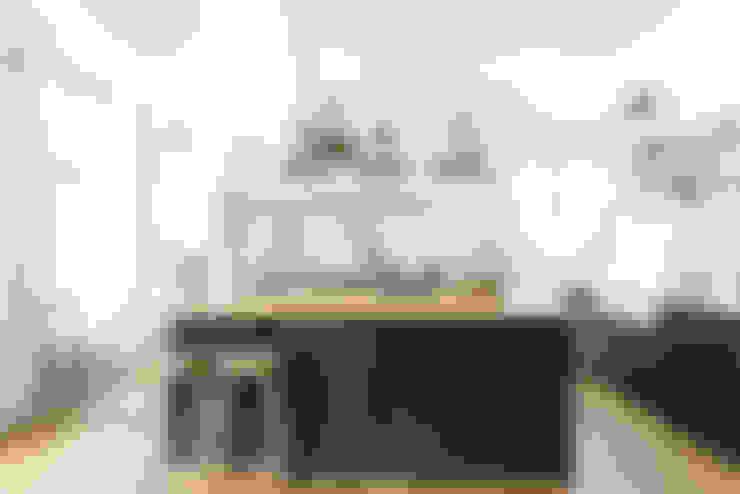 Cocinas de estilo  por deVOL Kitchens