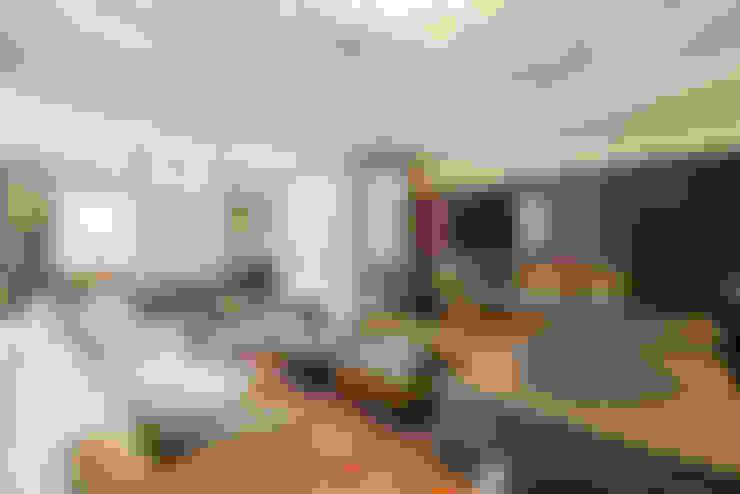 Salas / recibidores de estilo  por TRÍADE ARQUITETURA