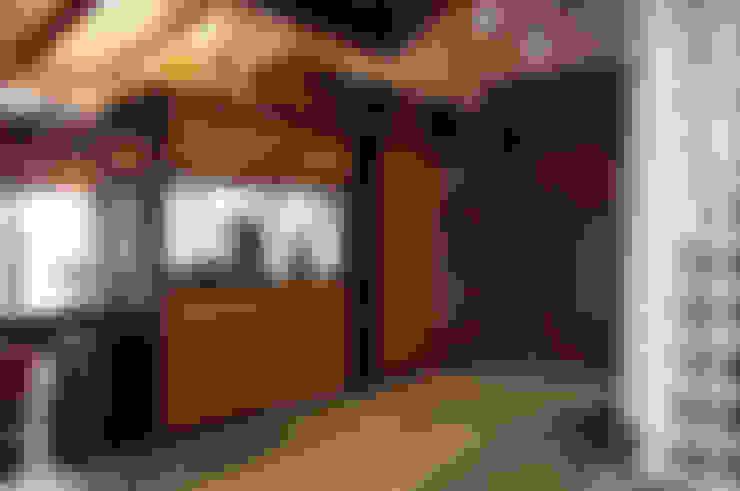 Pasillos y hall de entrada de estilo  por Intra Arquitectos
