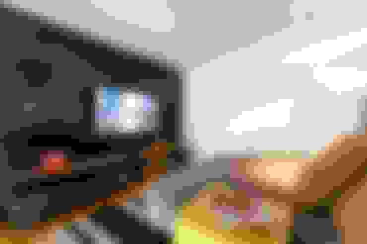 Sala de TV: Salas multimedia de estilo  por Interiores B.AP