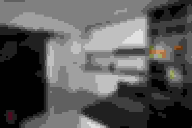 Modern Scandinavian HDB Apartment:  Kitchen by HMG Design Studio