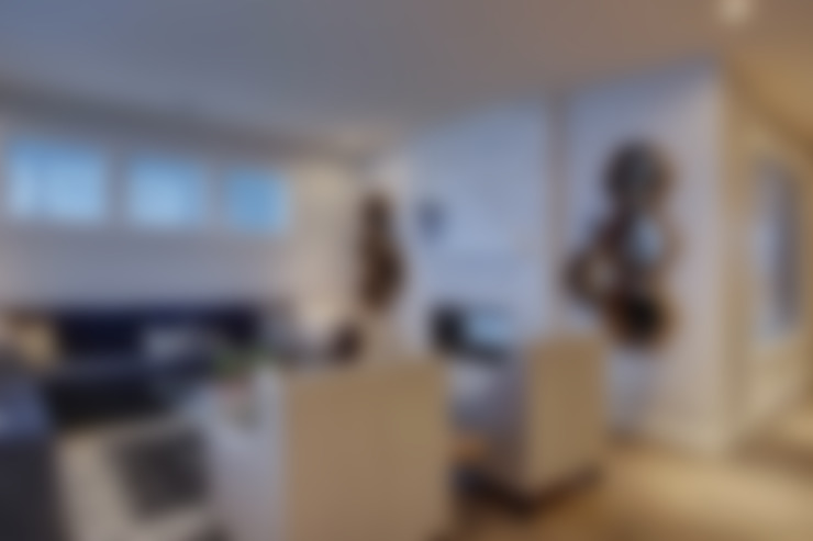 57 Paintbrush Park:  Living room by Sonata Design
