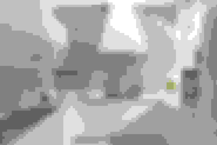Cucina di design arredata con mobili fatti su misura: Cucina in stile  di Semprelegno