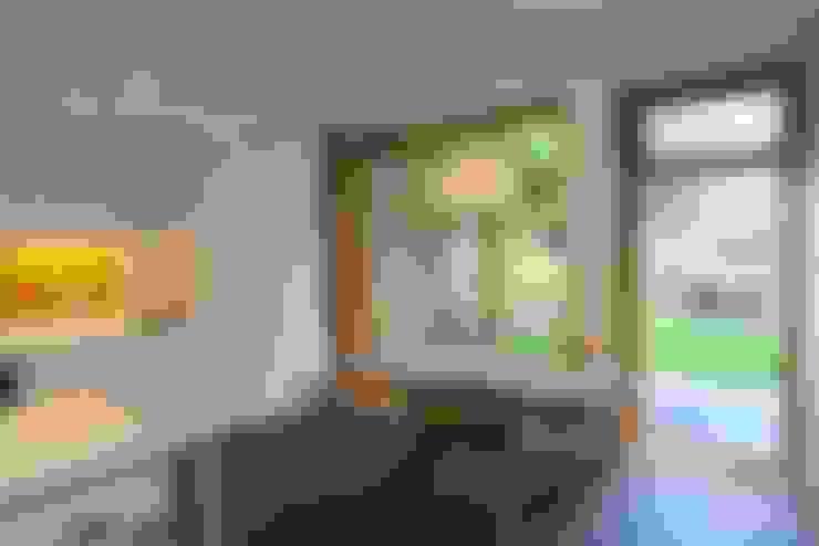 Kitchen-Diner with pivot door:  Windows  by A2studio