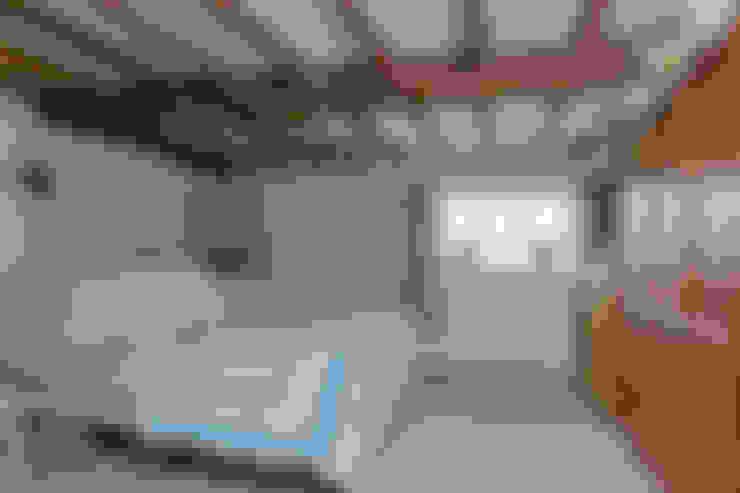 Dormitorios de estilo  por Orchestrate Design and Build Ltd.