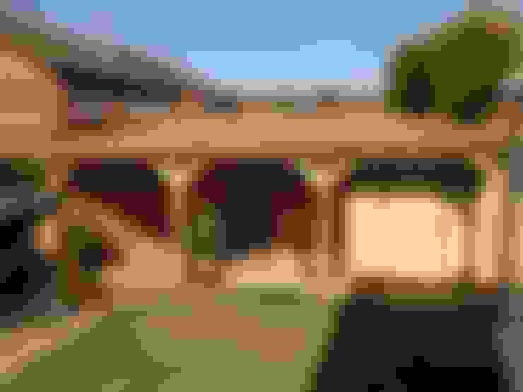 Hiên, sân thượng by Miniature Manors Ltd