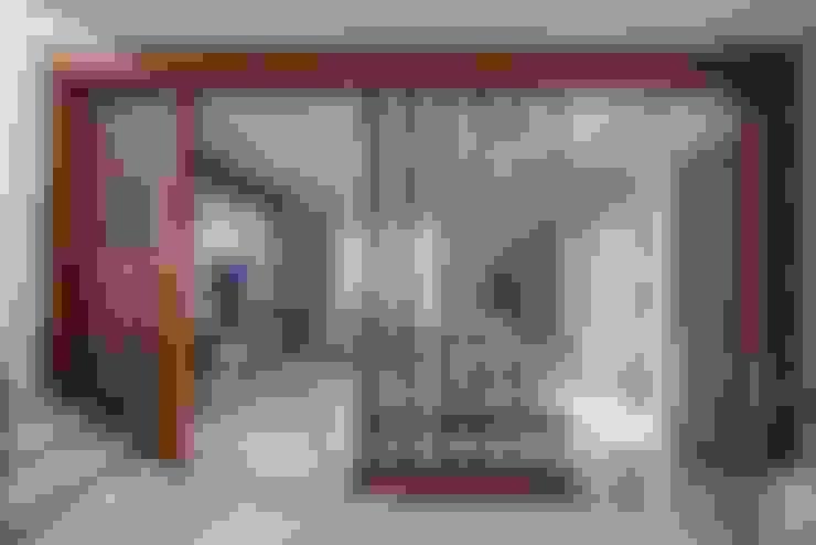 Salas / recibidores de estilo  por In Built Concepts