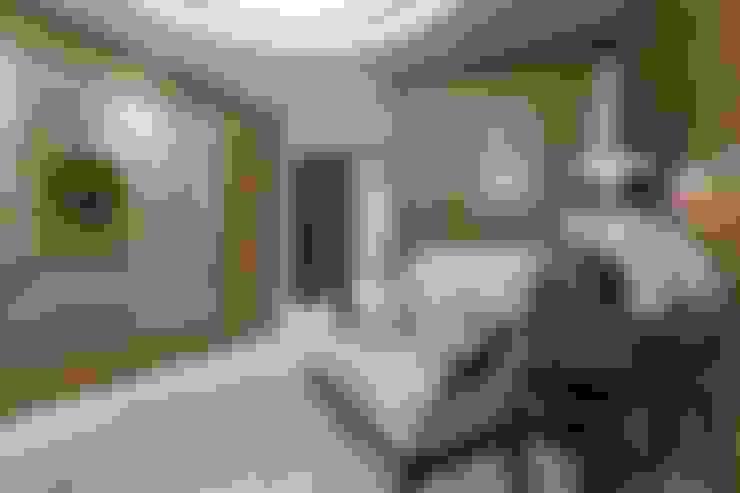 Living room by Студия дизайна интерьера в Москве 'Юдин и Новиков'