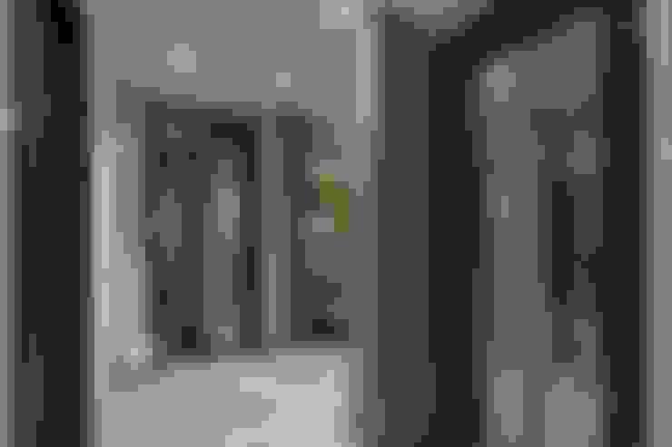 الممر والمدخل تنفيذ Студия дизайна интерьера в Москве 'Юдин и Новиков'