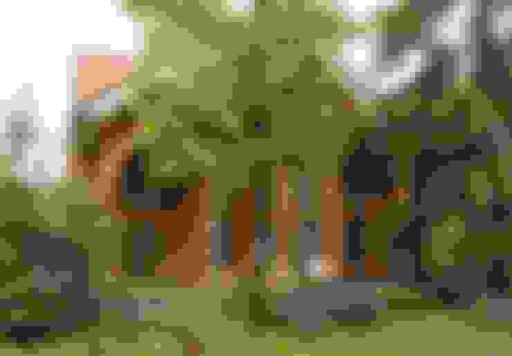Дом из рубленого бревна. Фото со стороны участка.:  в . Автор – Vadim Bogdanov