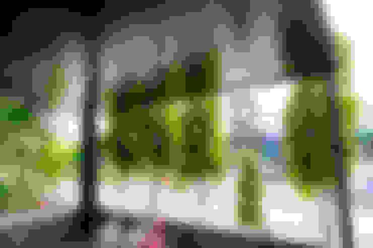 มุมนั่งเล่น หลังคาเมทัลชีท ฝ้าระแนง ทาสีลายไม้:  โรงรถและหลังคากันแดด by P-lona
