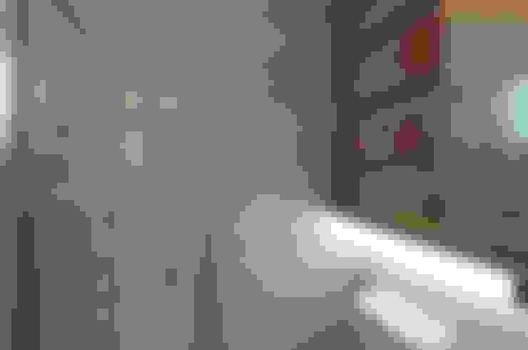 Master Bath Room:  Bathroom by Designer House