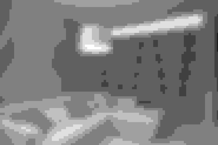 غرفة المعيشة تنفيذ Luca Doveri Architetto - Studio di Architettura