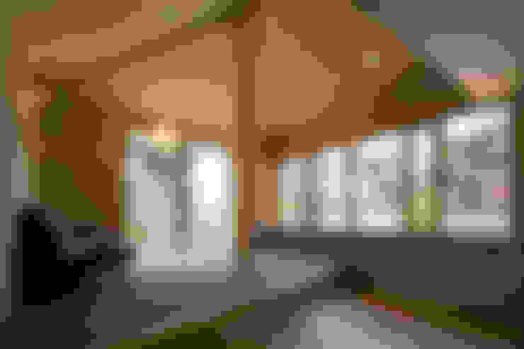 Living room by 平山教博空間設計事務所