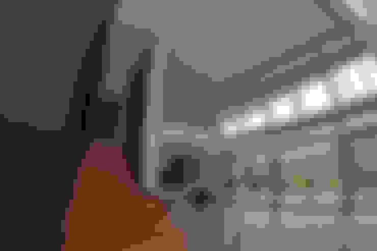 ESCALERA DE ACCESO SEGUNDO NIVEL: Pasillos y hall de entrada de estilo  por Directorio Inmobiliario