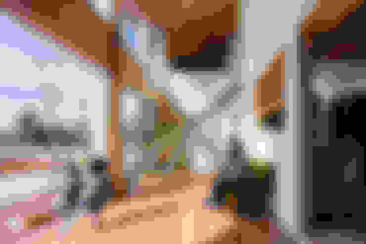 Salas / recibidores de estilo  por 建築設計事務所SAI工房