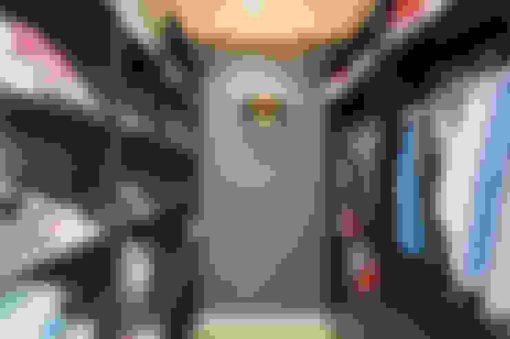 Walk in closet de estilo  por Mon Concept Habitation