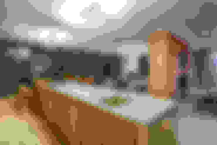 House Umhlanga:  Kitchen by Ferguson Architects