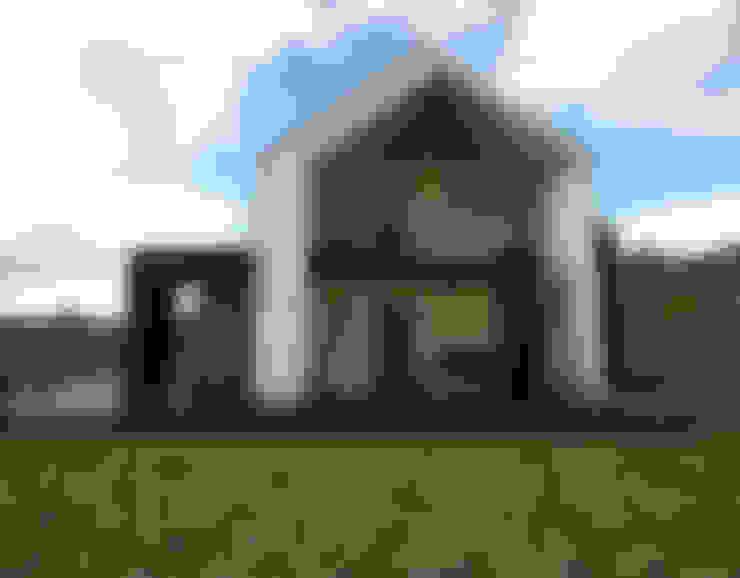 단순함과 검은색 나무 외관이 돋보이는 전원주택: 디자인 이업의  주택