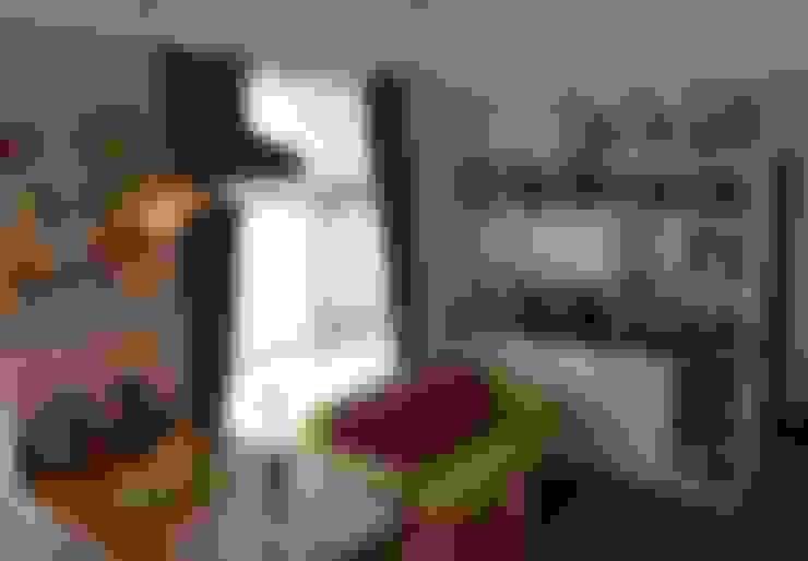 設計師為業主設計組合排列的專屬系統櫃家具,活潑多樣的櫃子,為空間增添多變組合的收納可能也更具質感。:  客廳 by 大觀創境空間設計事務所
