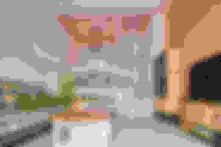 挑高樓中樓設計 台北:  客廳 by 達圓設計有限公司
