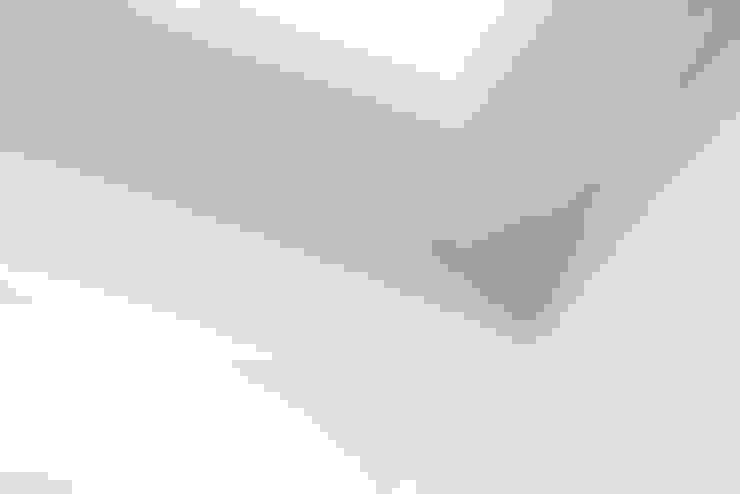Detalle de moldura del techo: Escuelas de estilo  por RENOarq