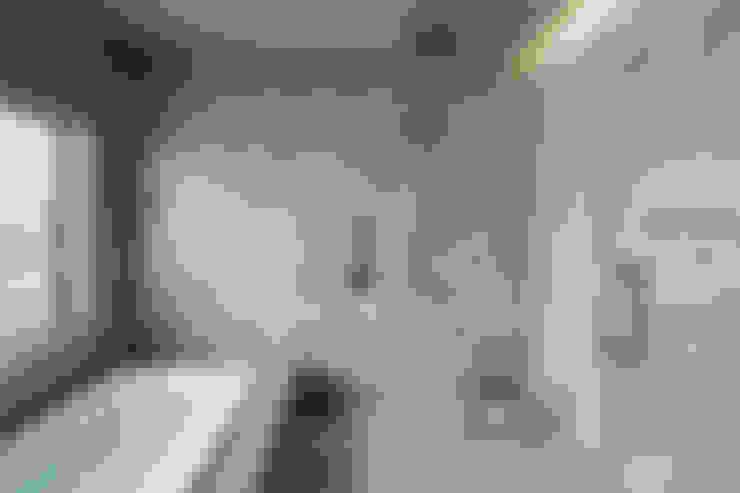 Bagno in stile  di 久保田章敬建築研究所