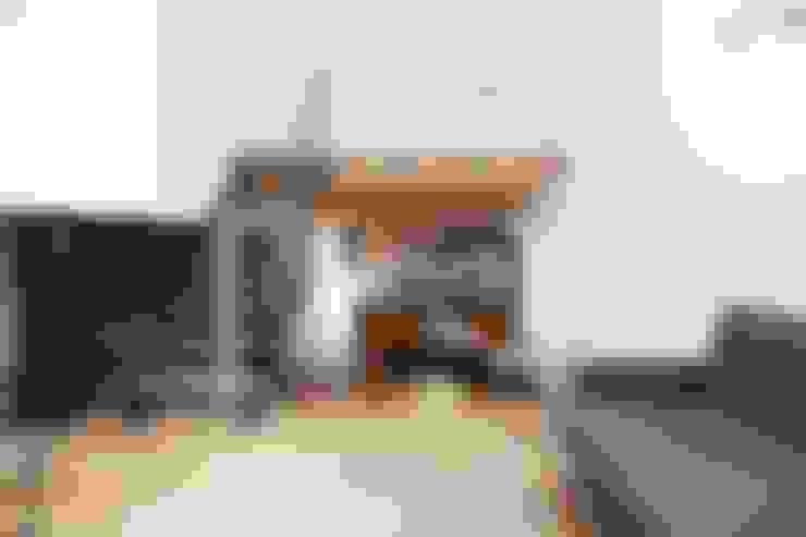 Pasillos y vestíbulos de estilo  por オレンジハウス