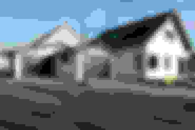 """3 Stellplätze und eine Werkstatt - die Garagen des Holzhauses """"Kalmar"""" :  Häuser von Skan-Hus Projekt GmbH"""