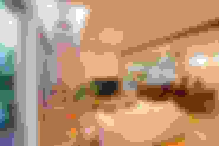 Salas / recibidores de estilo  por やまぐち建築設計室