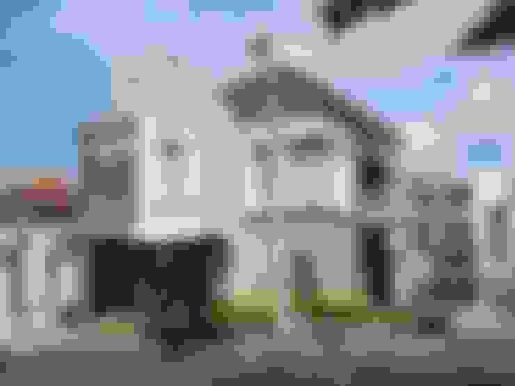 Rumah Tropis Minimalis di Kavling Hook:   by PT. Yukatania Mandiri