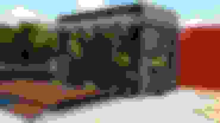Paisajismo Casa CUMBRES DE CURUMO: Jardines en la fachada de estilo  por Arquitectura Creativa