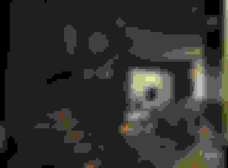 Couloir et hall d'entrée de style  par Ori - Architects