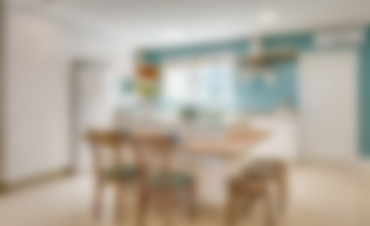 APARTAMENTO COM DECORAÇÃO NO CONCEITO SEREISMO: Armários e bancadas de cozinha  por Estúdio Pantarolli Miranda - Arquitetura, Design e Arte