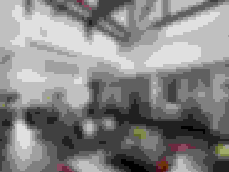 台中  皇家皇品實品屋:  客廳 by 尚展空間設計