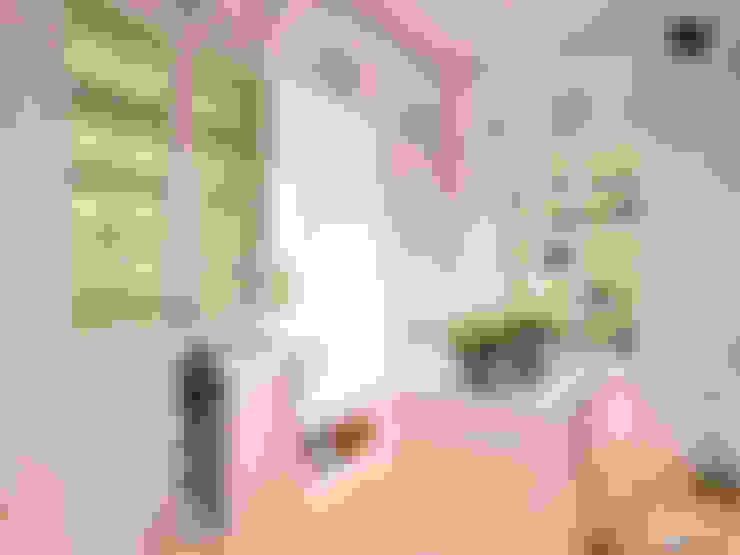 Ping House - Walk-In-Closet:  Ruang Ganti by w.interiorstudio