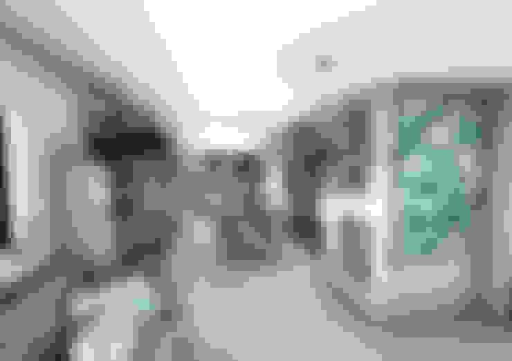 Corridor & hallway by Crhome Design