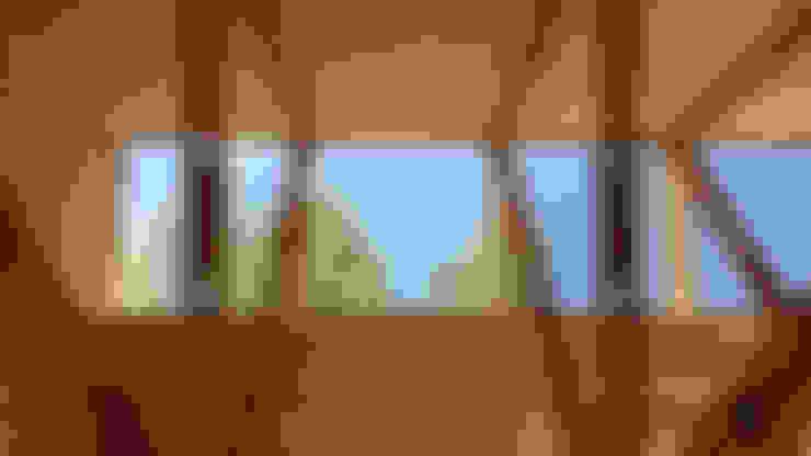 Cabaña de las Chimeneas de Luz: Techos inclinados de estilo  por 2712 / asociados